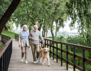Starejši par na sprehodu